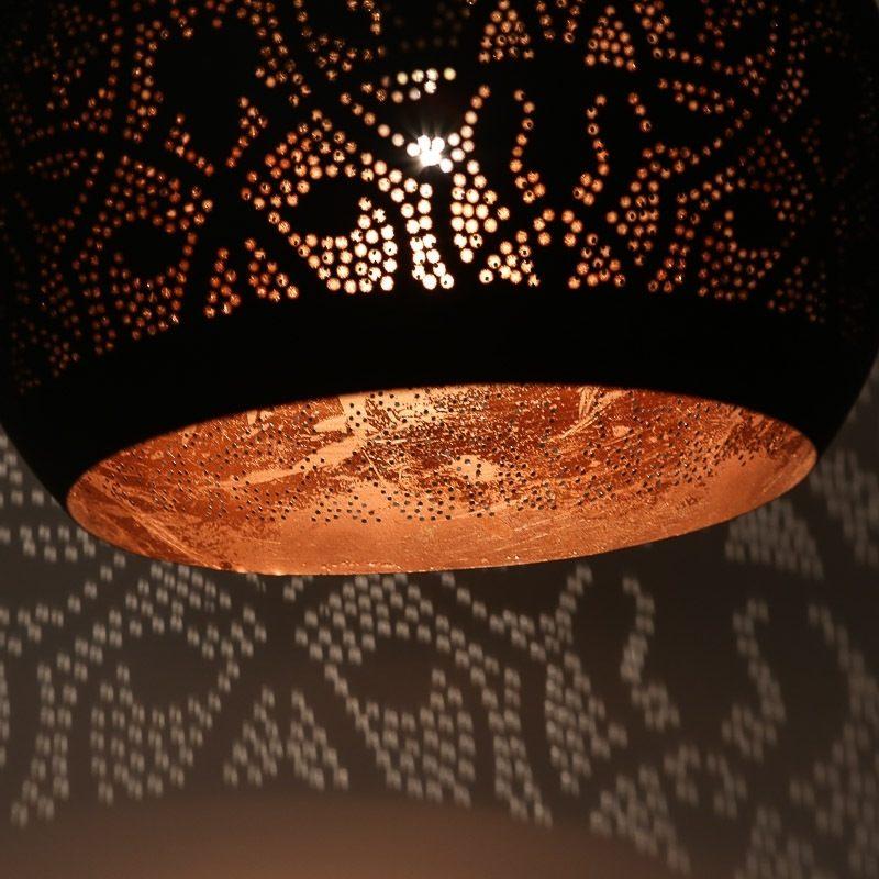 Oosterse hanglamp buitenkant mat zwart binnenkant vintage koper Marokkaanse lamp voor een Oosters interieur