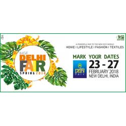 Kalini brengt een bezoek aan de Delhi Fair in India