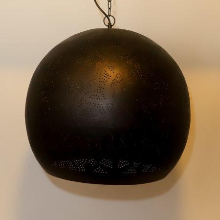 Oosterse lamp met Arabisch filigrain te combineren met de Oosterse meubelen uit onze collectie!