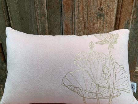 Oosters kussen | Pastel roze met gouden lotus | Marokkaanse kussens | Luxe Arabisch interieur | Marokkaanse inrichting | Kalini | Oosterse kussens online | Marokkaanse kussens | Oosters interieur