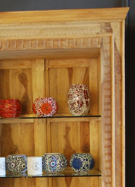 Oosterse kast | Vitrinekast | Hoge Oosterse kast | Massief Sheesam hout | Oosterse meubelen online | Beste prijzen | Massief houten kast | Naturel kleur | Donker hout | Kalini | Oosterse inrichting