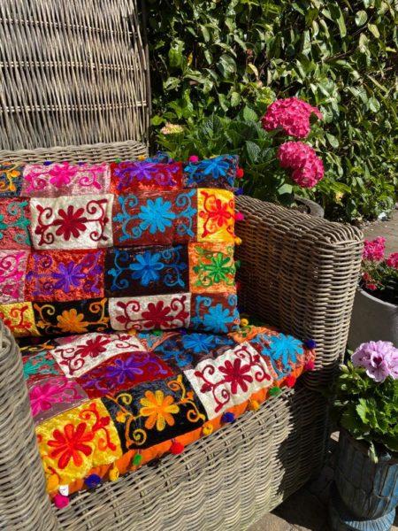Oosters palletkussen Sundar nieuw in de collectie exclusief bij Kalini! Oosterse kussens, hoge kwaliteit stof met sprankelende motieven en kleuren