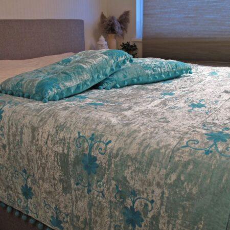 Oosterse beddensprei Sundar | blauw | Handgemaakt Oosterse beddenspreien | Velvet | Bed-End Spread | Kalini | Oosterse kussens poefen en prachtige Oosterse meubels